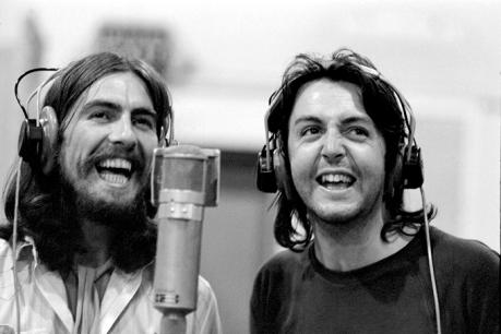 Raro momento de união entre Harrison e McCartney.