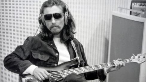 George Harrison faz o baixo de Golden Slumbers e Carry that weight.