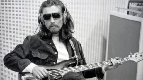 George Harrison faz o baixo de Golden Slumbers e Carry that weight.