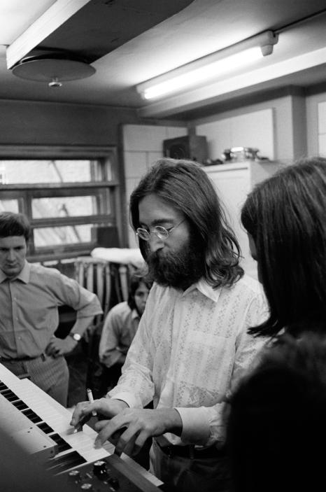 Lennon toca o sintetizador moog ao lado de McCartney (ao fundo) e Harrison (de costas).