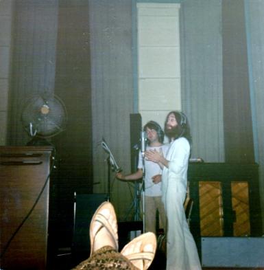 Uma cena cada vez mais rara: McCartney e Lennon dividindo os microfones, durante alguma sessão de Abbey Road.