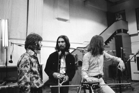 Starr, Harrison e Lennon nos estúdios de Abbey Road.
