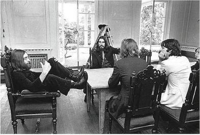 Lennon anunciou sua saída dos Beatles em uma reunião.