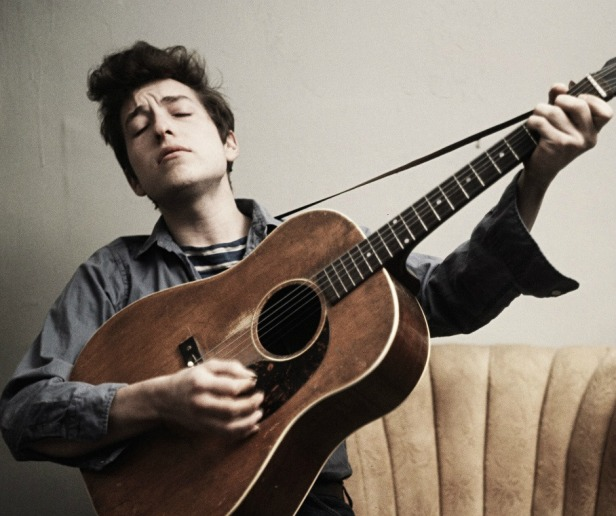 bob dylan on acoustic guitar circa 1963