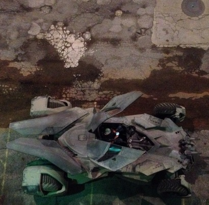 O veículo visto do topo de um prédio.