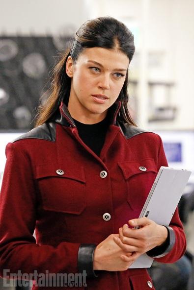 Adrianne Palicki como Bobbi Morse, futura vingadora Harpia.