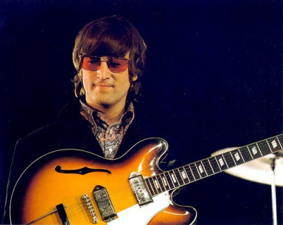 John Lennon em 1966, na gravação do clipe de Rain.