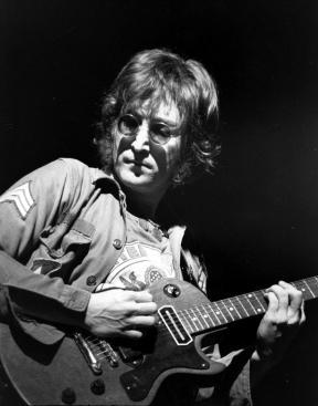 Lennon ao vivo em 1972.