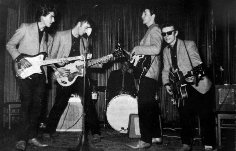 Os Beatles em 1960: Harrison, Lennon, Best, McCartney e Sutcliffe.