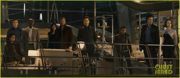 A cena da festa dos Vingadores: Dra. Cho está com eles.