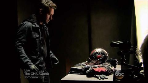 Scott Lang encontra o uniforme do Homem-Formiga.