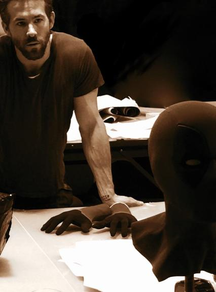 Ryan Reynolds e a máscara de Deadpool.