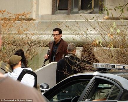 Henry Cavill grava cena como Clark Kent em uma prisão de Gotham City.