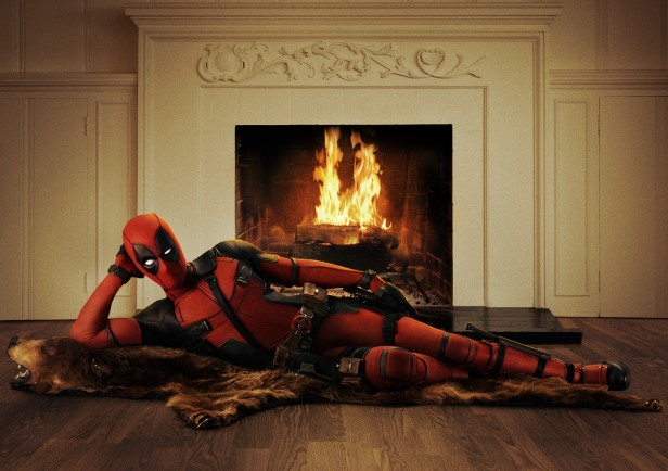 Ryan Reynolds vestido como o personagem.