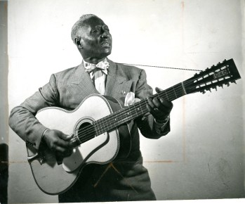Leadbelly, herói do blues rural: sucesso na Europa e não nos EUA.
