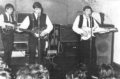 Os Beatles no The Cavern Club, em 1962.