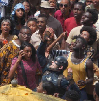 O Capitão América em ação no que parece um mercado de Wakanda.