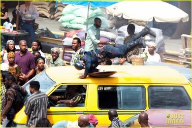A cena de ação num país africano abre o vídeo.