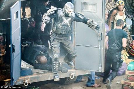 Ossos Cruzados chega para a batalha nas filmagens em Atlanta.