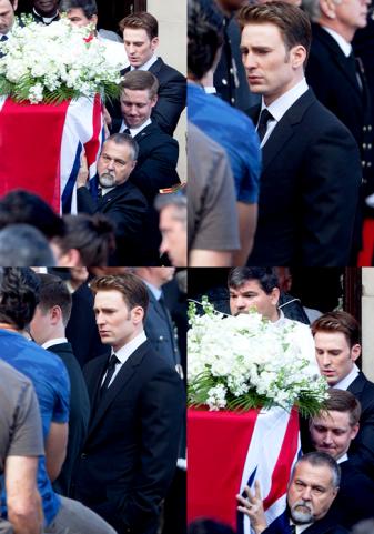 A cena de Steve Rogers em um funeral.