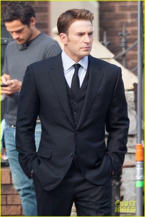Chris Evans como Steve Rogers com roupas de um funeral.