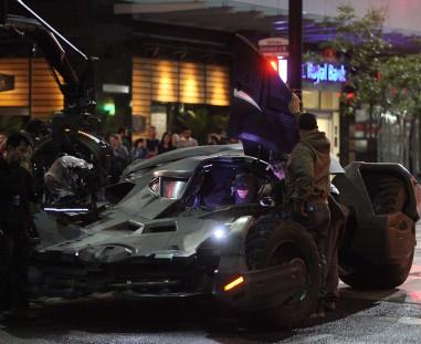 Batman e o batmóvel nos sets.