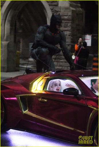 Batman no teto do carro do Coringa.