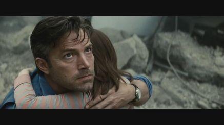 Ben Affleck como Bruce Wayne no trailer: em meio à destruição.