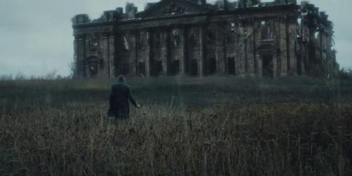 A Mansão Wayne em ruínas vista no trailer.
