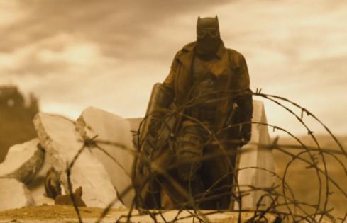 A misteriosa roupa do deserto do Batman no trailer do filme.