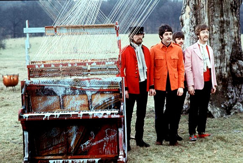 Os Beatles no clipe de Strawberry fields forever.