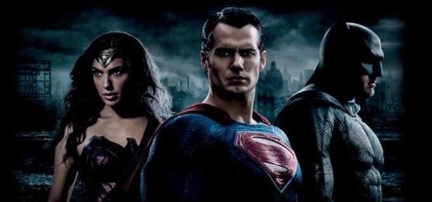 Banner oficial com a tríade da DC.