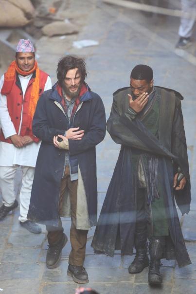 Cumberbatch e Eliowj nas filmagens, como Strange e Mordo.