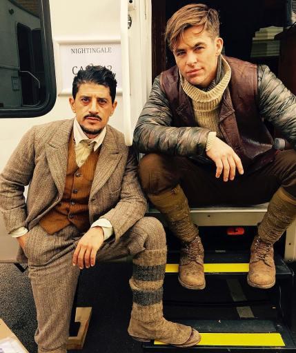 Taghmaoui e Pine: trajes do passado.