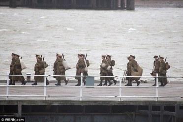 ... e soldados atravessando uma ponte.