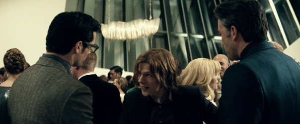 Lex Luthor entre Clark Kent e Bruce Wayne.