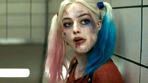 suicide-squad movie harley quinn in the bathroom