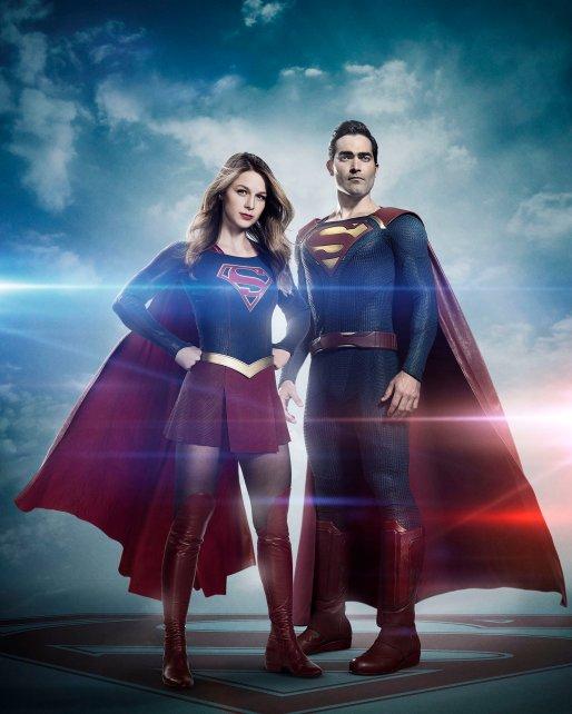 Supergirl e Superman em suas versões para a TV.