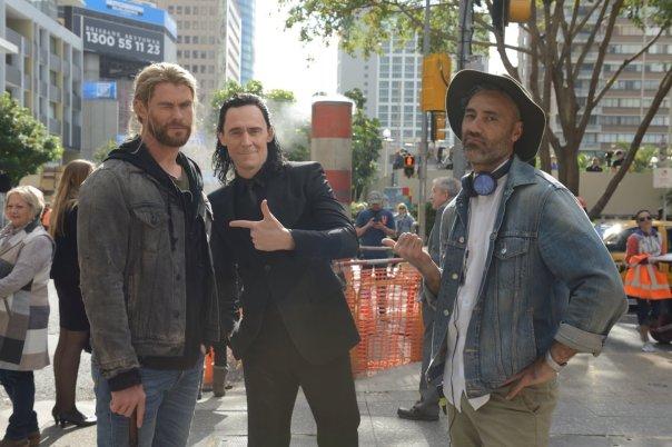 Thor e Loki (e o diretor) em trajes civis.