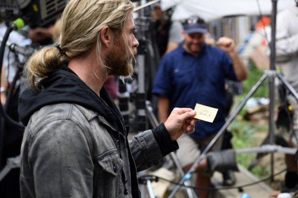Thor segura o cartão com o endereço do Dr. Estranho.