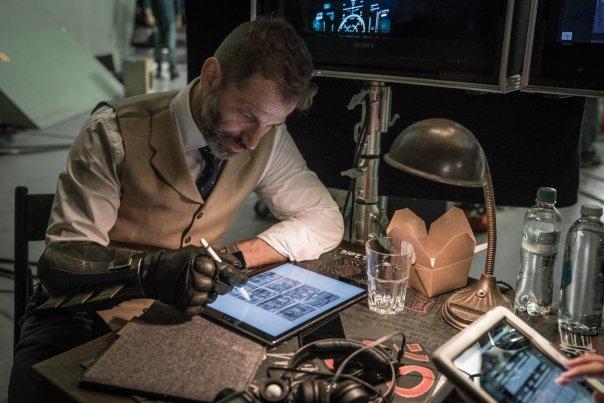 Zack Snyder usa a luva do Batman para trabalhar nos storyboards.