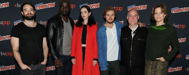 A equipe de Defensores reunida na NYC Comic-con: Cox, Colton, Ritter, Jones, Loeb e Weaver.