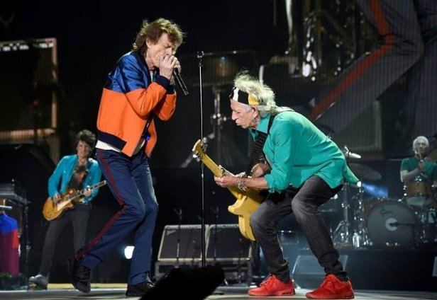 Os Rolling Stones tocam Come Together dos Beatles.