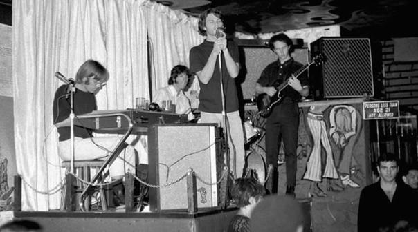 A banda em seus primórdios, tocando no London Fog.