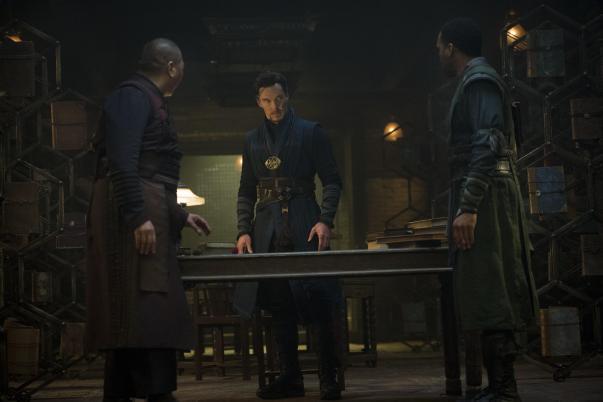 O trio de heróis: Wong, Strange e Mordo.