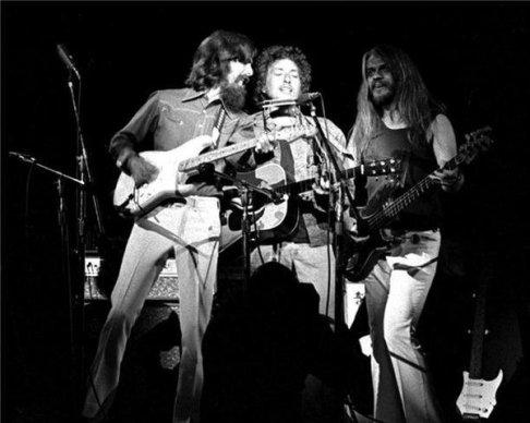 George Harrison, Bob Dylan e Leon Russell no Concert For Bangladesh, de 1971.
