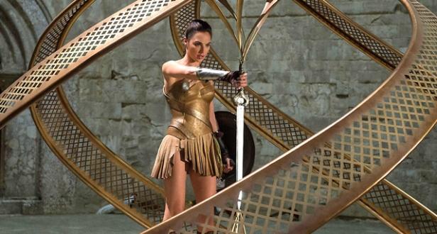 Diana saca a Espada Mata-Deuses.