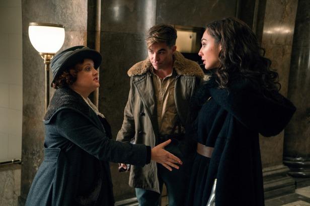 wonder woman movie diana shaking hands