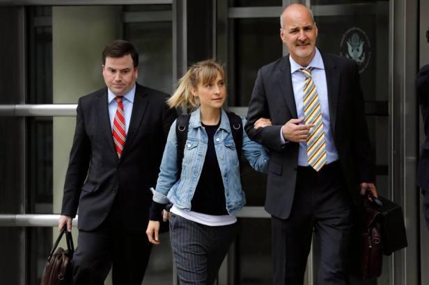 La actriz Allison Mack abandona el Tribunal Federal